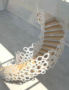 wunderschöne Treppe mit weißem Geländer