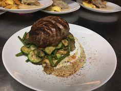Hovädzia sviečkovica  (steak) s grilovanou zeleninou a dubákovou omáčkou
