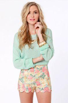 Suéter ligero con short floreado.