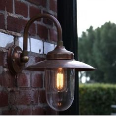 Deze koperen buitenlamp Tilburg wordt volgens oude ambachtelijke technieken door een koperslager gemaakt. Dit authentieke handwerk maakt deze stallamp uniek. Het koper waarvan deze buitenlamp gemaakt is verouderd binnen enkele maanden verder naar een mooie donkerbruine kleur. De hoogte van deze buitenlamp is 31 cm, de uitsteek 28 cm. De beglazing is gemaakt van echt glas, de fitting is van porselein en E27. De schotel is 24 cm van doorsnede. U kunt dus alle gebruikelijke ledlampen…