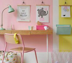 chambre-d-enfant-de-couleur-dans-la-gamme-pastel-mur-rose-pale-chaise-de-bureau-mur-rose