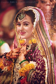 Very elegant look for Mehndi. But a very innocent looking bride she's soo cute Mehndi Outfit, Mehndi Dress, Desi Bride, Desi Wedding, Bengali Bride, Punjabi Bride, Gold Wedding, Wedding Bride, Wedding Blog
