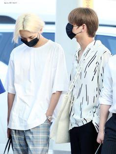 (づ ᴖ ɜ ᴖ)づ Jeonghan y Joshua. Vernon Chwe, Jeonghan Seventeen, Wattpad, Boyxboy, Kpop Fashion, Airport Style, In This Moment, Twin, Angel