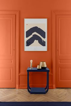 Orange Sinagot, a dense and pigmented hue. In contrast to the Bleu Klein furniture, it brings to this hallway style and character. # Liberon by LiberonOfficiel Murs Oranges, Deco Orange, Corridor, Hue, New Homes, Design, Home Decor, Leroy Merlin, Recherche Google