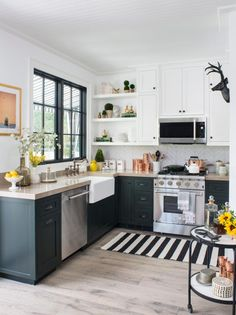 There is no question that designing a new kitchen layout for a large kitchen is much easier than for a small kitchen. Eclectic Kitchen, Home Decor Kitchen, New Kitchen, Home Kitchens, Open Kitchen Interior, Kitchen Floor, Shaker Kitchen Cabinets, Kitchen Cabinet Design, Small Kitchen Counters