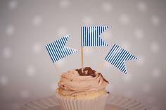 Decoración de fiestas. Stand de cristal para cupcakes. Banderitas rayas azul marino para aperitivos.