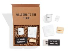 This kraft box welcomes team members to the North America Brand Marketing team. In each kit you will find a perpetual calendar, camp mug, ear buds, and lapel pin. The custom print on the inside of the box gives this kit an extra special feel. Company Swag, Welcome To The Team, Swag Ideas, Good Employee, First Day Of Work, Media Kit, Welcome Gifts, Branding, Corporate Gifts