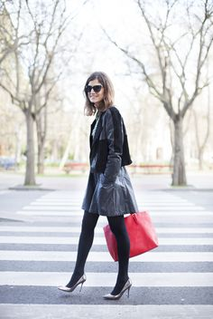Toques de color. Red Bag. Leather skirt. Street style outfits. Looks de street style. Fashion Blogger.