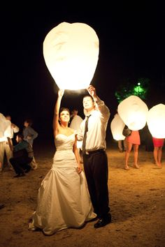 Sky lanterns - definitely doing this at my wedding reception! Wedding Wishes, Wedding Bells, Wedding Events, Our Wedding, Dream Wedding, Wedding Reception, Wedding Stuff, Miami Wedding, Wedding Pins