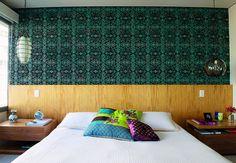 O destaque do quarto de casal é o papel de parede, logo acima da cabeceira de feijó