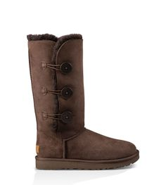 Updated to fulfill your every wish, the Bailey Button Triplet II is crafted from pretreated Twinface sheepskin that repels water and stains and comes equipped with our Treadlite by UGG™ sole for added cushioning, traction, and durability. Show off the three signature UGG® buttons or undo them and cuff the shaft to expose the plush interior.