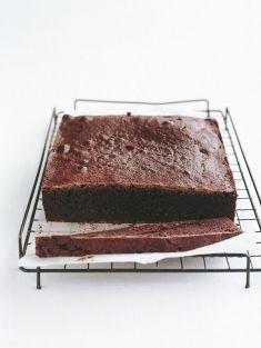 brownie de chocolate Donna Hay -  200g de chocolate amargo, 250g de manteiga, 1 ¾ xícaras de açúcar mascavo (310g), 4 ovos, ⅓ xícara de cacau em pó, peneirado (35g), 1 ¼ xícaras de farinha de trigo (185g), ¼ colher de chá de fermento em pó.