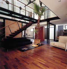 très bonne combinaison et de gestion de l'espace, contraste intéressant et finalement harmonieux entre le fer très architectural, le blanc, le carrelage et l'arbre, le rouge, le bois. Loft Design, Decoration, Stairs, Interior Design, Furniture, Home Decor, Ideas, Industrial Design, Good Ideas
