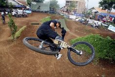 Indonesia Dirt Jump Bike Rider http://www.bolanews.com/bolashot/show/klik-bike/127-Aksi-Jumpalitan-Dirt-Jumper.html