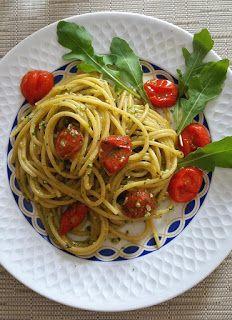 Spaghetti al pesto di rucola, mandorle e pomodorini fritti | Anice e Cannella