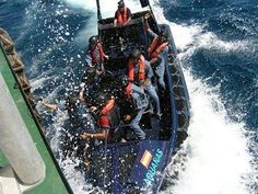 Agentes de Vigilancia Aduanera abordando un buque.
