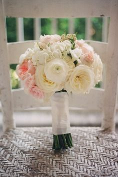 Cream and blush bouquet. Photo by Aaron Snow Photography. www.wedsociety.com #bouquets