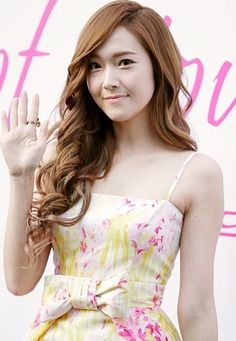 Fans React to Girls' Generation Jessica's Recent Airport Injury More: http://www.kpopstarz.com/articles/48949/20131113/jessica-injury.htm