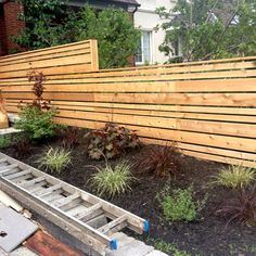 Horizontal Wood Fence - A horizontal fence finished of wood sheets is constantly a very sole and unusual thing. How to construct a horizontal fence with. Modern Front Yard, Front Yard Fence, Farm Fence, Pallet Fence, Low Fence, Fence Art, Fence Landscaping, Backyard Fences, Garden Fencing