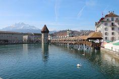 Am Vierwaldstättersee liegt das Städtchen Luzern mit Wasserturm und Kapellbrücke (Kanton Luzern)