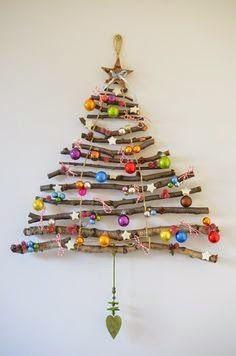 albero di Natale da muro con legnetti,palline colorate e una stellina in cima