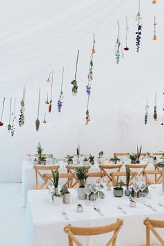 Minimalist botanical wedding in a London backyard - Wedding Decor Wedding Table Garland, Wedding Table Flowers, Wedding Flower Decorations, Wedding Table Settings, Wedding Centerpieces, Backyard Decorations, Wedding Plants, Wedding Tables, Hanging Flowers Wedding