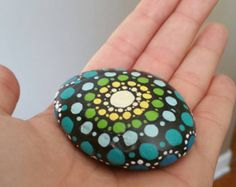 Piedra de mandala de pintado a mano