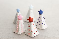 How to make little Christmas trees from egg cartons.  Great for kids! #Christmas #crafts