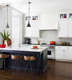 une jolie cuisine laquée blanche et carrelage blanc