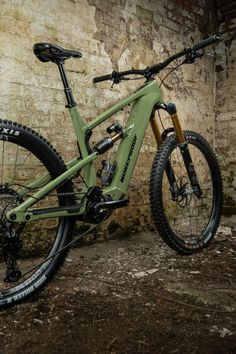 This full-suspension electric bike (E-Bike) features a robust and lightweight frame that's equipped with Fox Factory Kashima coated 170mm-travel suspension forks, a Shimano STEPS EP8 electric motor drive and a Shimano XT M8100 12-Speed groupset with a wide-ranging 10-51T cassette and XT 4-Pot hydraulic disc brakes. Plus, it rolls upon DT Swiss H1700 Spline wheels wrapped in Tubeless Ready Maxxis tyres. Best Mountain Bikes, Mountain Bike Trails, Electric Mountain Bike, Full Suspension, Electric Motor, Cross Country, Bicycle, Motorcycle, Vehicles