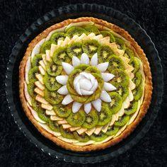 Foncer la pâte dans un moule à tarte beurré et fariné. Enfourner 15 minutes à 180 °C. La pâte doit être à peine dorée : laisser refroidir. Éplucher les pommes et les kiwis. Pour la compote, râper grossièrement 3 pommes, mettre dans une casserole avec le jus du citron vert et 3 kiwis coupés en petits morceaux. Ajouter la cassonade et laisser cuire le tout 40 minutes à feu doux. Mettre de côté. Étaler cette compote sur fond de tarte et disposer le reste des kiwis et des pommes coupés en fines…