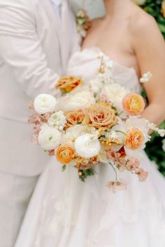 Bridal bouquet in peach, blush and white. Photo: @magdalenastudios On Your Wedding Day, Summer Wedding, Gold Rimmed Glasses, Floral Arch, Groom Wear, Wedding Flowers, Wedding Dresses, Pearl Headband, Reception Table