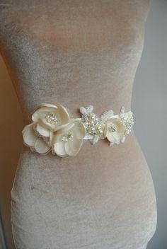 Wedding Sash Belt, Wedding Belts, Ribbon Projects, Flower Belt, Flower Ornaments, Wedding Dress Accessories, Sash Belts, Wedding Crafts, Jewelry Making Beads