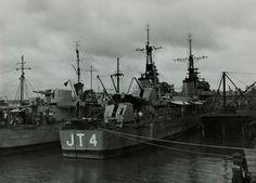 De Nederlandse torpedojagers Tjerk Hiddes en Piet Hein in de haven van Tjilatjap tijdens de eerste politionele actie op Midden-Java Indonesië, circa 28 juli 1947. De marine beschiet in deze dagen het eilandje Noesa Kambangan voor de Javaanse kust.