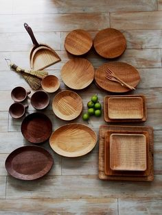gorgeous wooden serving dishes in light and dark wood Kitchen Items, Kitchen Utensils, Wood Projects, Woodworking Projects, Vase Deco, Kitchenware, Tableware, Wooden Plates, Wood Bowls