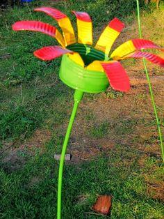 Een leuke bloem van een conservenblik. Kan denk ik ook wel van een colablikje.