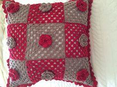 Coussin crocheté à la main,  en patchwork coloris chanvre et griotte, avec petites roses crochetées