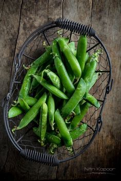 Peas by Nitin Kapoor Eating Raw Vegetables, Fruits And Vegetables, Dark Food Photography, Fusion Food, Green Peas, Light Recipes, Food Presentation, I Foods, Food Styling