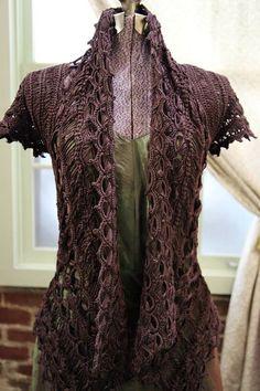 Door te haken met een ijslolly stokje krijg je een prachtige steek waarmee je mooie kledingstukken kan maken!