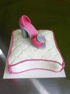 Pastel en forma de cojín con zapato de tacón