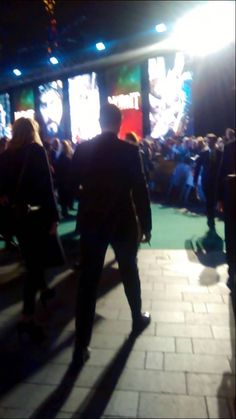 Richard Armitage at the World Hobbit Premiere in London Dec 2014. Look at the wonderful length of his stride....sigh...