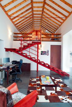 Casa en el Barrio La Candelaria. Bogotá - Colombia. Una escalera hecha con varillas corrugadas de acero sube al altillo de las habitaciones que vuela sobre el zaguán de acceso.