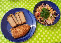 So sah Stefans Abendessen aus: bunter Salat aus Hülsenfrüchten mit Apfel und Joghurt-Tahin-Dressing, dazu selbstgebackenes Roggenbrot, Sesamring, verschiedene Aufstriche und Räuchertofu.