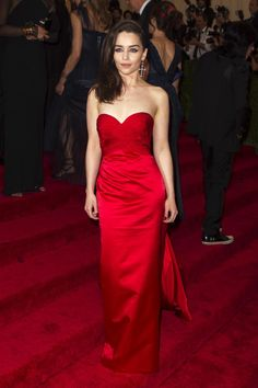 Emilia Clarke & her red dress that she wore to the Met Gala 2013 were flawless Emilia Clarke Hot, Emelia Clarke, Met Gala Red Carpet, Costume Institute, Musa, Queen, Red Carpet Looks, Beautiful Actresses, Star Fashion
