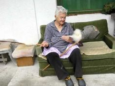 A look at a unique method of spindle spinning. This Greek and Albanian spinning method has also been found in Bulgaria, Romania, and the Sudan. Spinning Wool, Hand Spinning, Spinning Wheels, Spin Me Right Round, Drop Spindle, Yesterday And Today, Textile Art, Fiber Art, Weaving