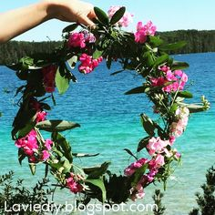 What's beautiful, easy, plentiful and dries like a dream? A sweet pea wreath! I recently discovered some sweet peas growing through the f. Easy Diy, Wreaths, Sweet, Nature, Beautiful, Life, Candy, Naturaleza, Door Wreaths