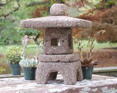 Resultado de imagen para Molds for concrete/hypertufa Japanese lantern Japanese Garden Lanterns, Japanese Stone Lanterns, Japanese Garden Design, Japanese Style, Japanese Bath, Garden Theme, Garden Art, Pagoda Garden, Ceramic Lantern