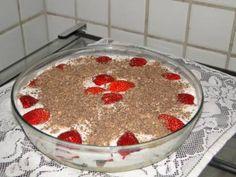 Receita de Torta de bis com morangos - Tudo Gostoso