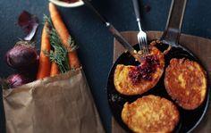 Porkkana-parmesaanipannarit ja puolukka-punasipulirelissi