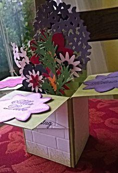 Mit Liebe selbstgemacht von Petra Heinrich. Card in a Box. Stampin up. Stanzen Dreierlei Blüten, Blütenmedaillon, Stiefmütterchen, Kleine Blüte, Wald der Worte/Thoughtful Branches, Embossing Folder Ziegel. Der Grasstempel ist von Punkrockdesign.